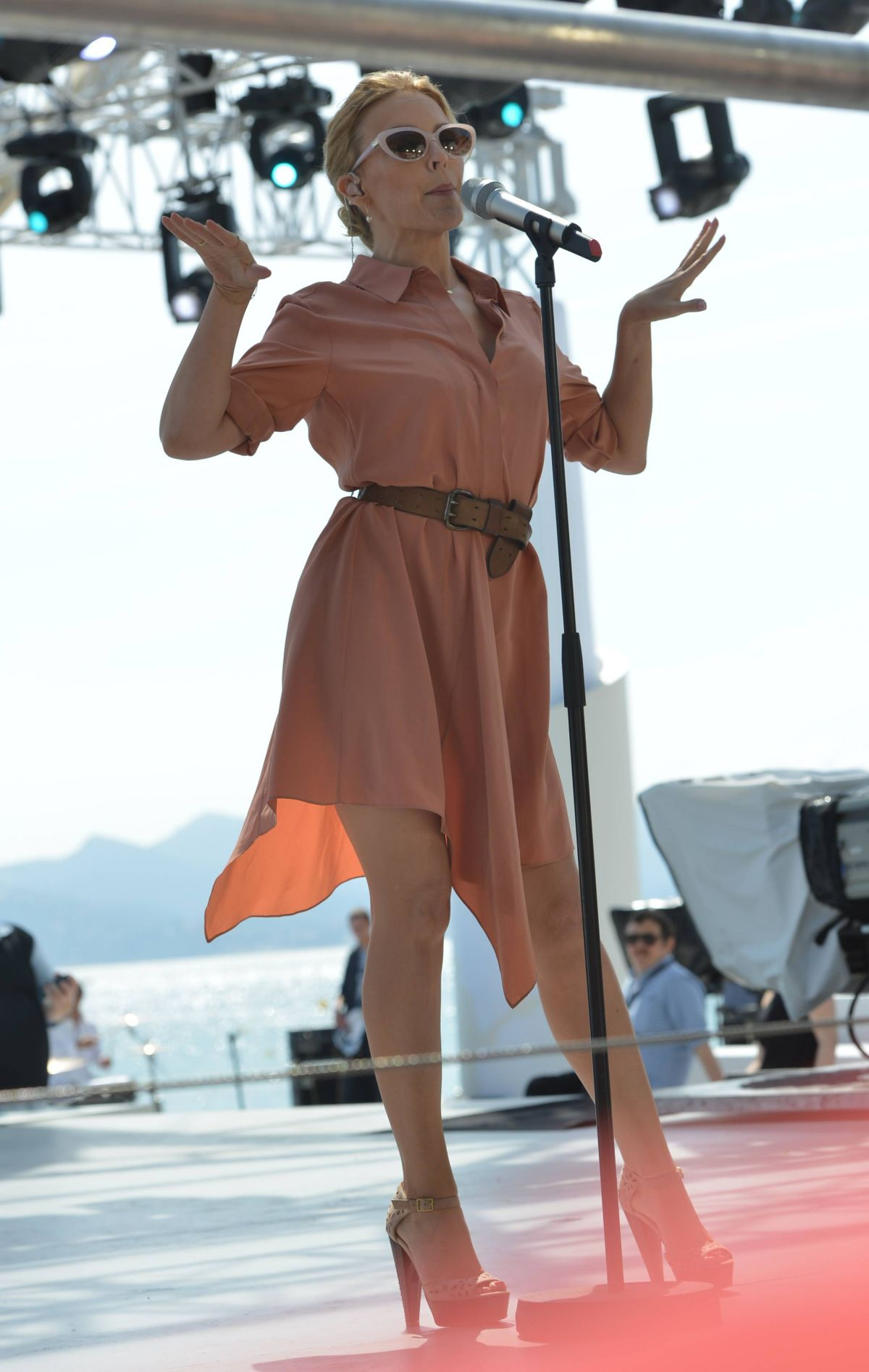 Kylie Minogue au Grand Journal le 20 mai 2014