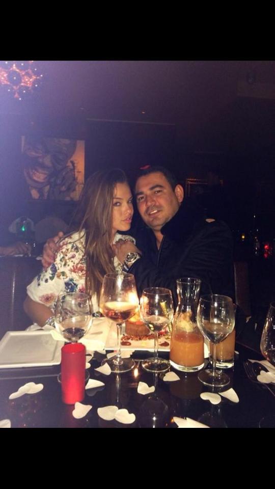 Vanessa en compagnie d'un autre homme que Julien