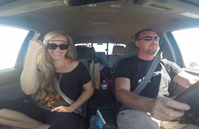 Un couple chante Grease en langage des signes