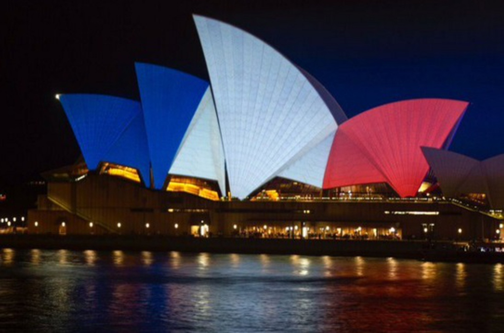 Attentats à Paris : Les monuments du monde entier s'affichent aux couleurs de la France (Photos)