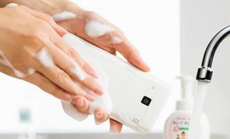 Adieu les bactéries, voici le premier smartphone qui se lave au savon!
