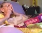 Une infirmière offre un cadeau particulier à une mamie
