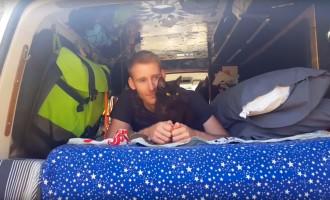 Il quitte son ancienne vie pour un road trip avec son chat