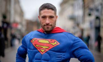 Une femme agressée est sauvée par … Superman!