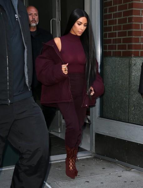 Kim Kardashian ose le top transparent… et montre tout !
