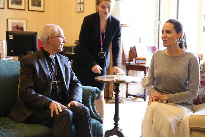 Angelina Jolie sans soutien-gorge lors d'une sortie officielle, les internautes choqués