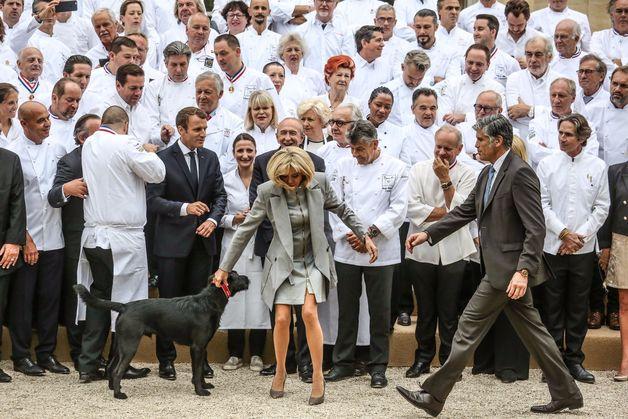 Brigitte Macron manque de chuter devant les photographes à cause du chien du Président