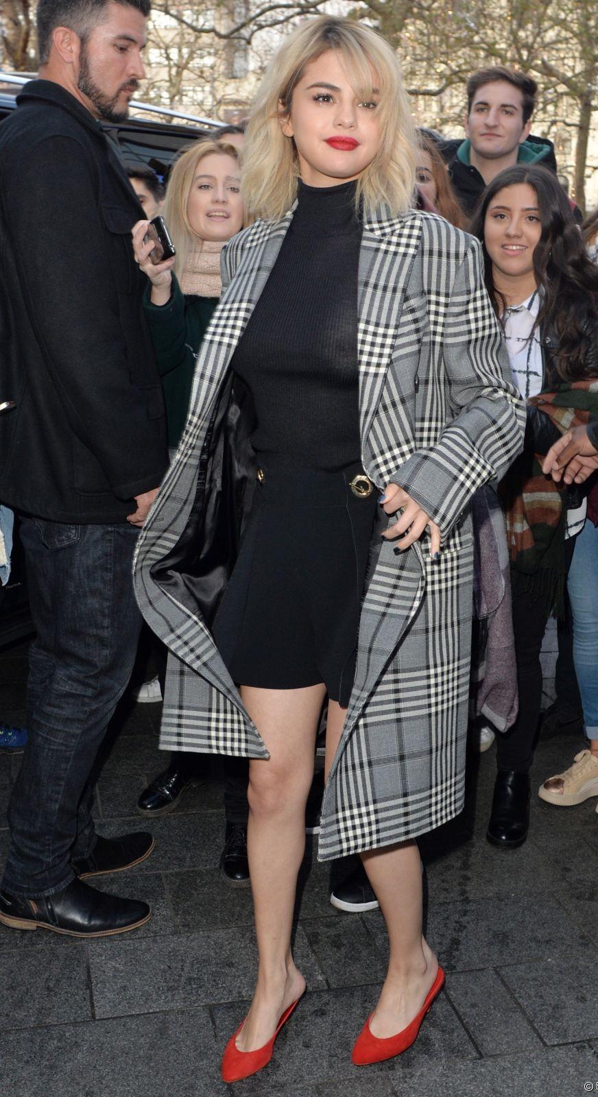 Oups ! Selena Gomez montre ses tétons à cause d'un top transparent