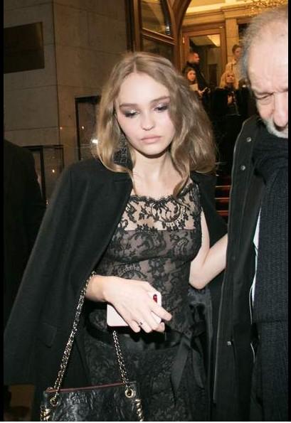 Les seins de Lily-Rose Depp se dévoilent sous une robe très sexy !