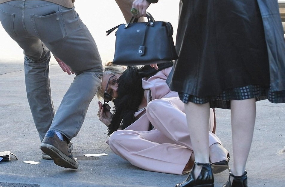 Aïe ! Quand Sharon Stone chute en pleine rue !