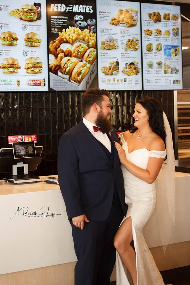 Ils vont directement chez KFC après leur mariage pour une séance photo des plus insolites