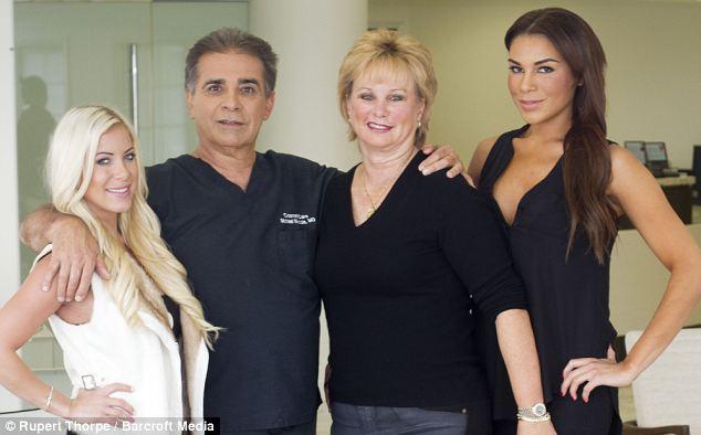 Un chirurgien esthétique opère ses deux filles depuis qu'elles ont 10 ans3