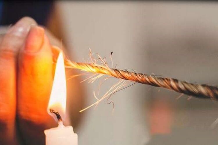Un homme décide de se mettre le feu aux cheveux pour se coiffer