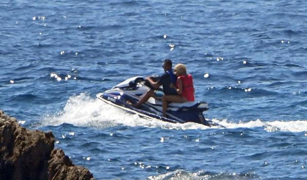 Brigitte Macron : En vacances au Fort de Brégançon, la Première dame s'éclate en jet ski