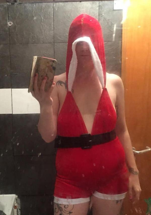 Commandes en ligne Elle s'offre une tenue de Noël sexy mais ne ressemble pas du tout à la photo1