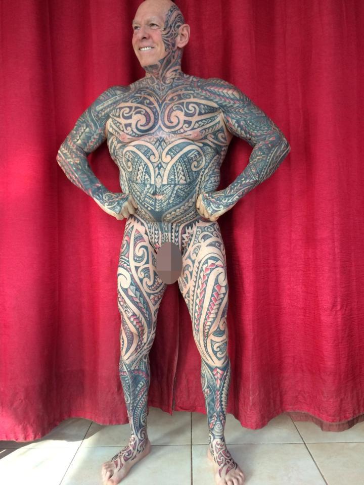 Tatouage extrême Il utilise un rouleau à pâtisserie pour se tatouer les parties génitales 2
