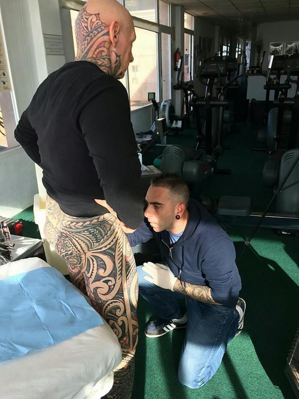 Tatouage extrême Il utilise un rouleau à pâtisserie pour se tatouer les parties génitales 3