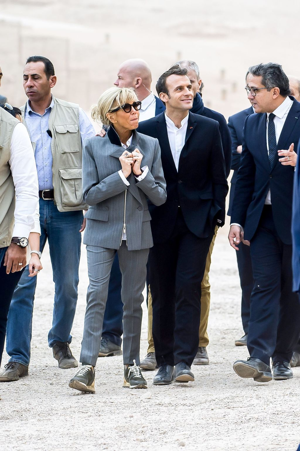 Brigitte Macron en voyage officiel en Egypte : Le prix de ses baskets devraient faire jaser…