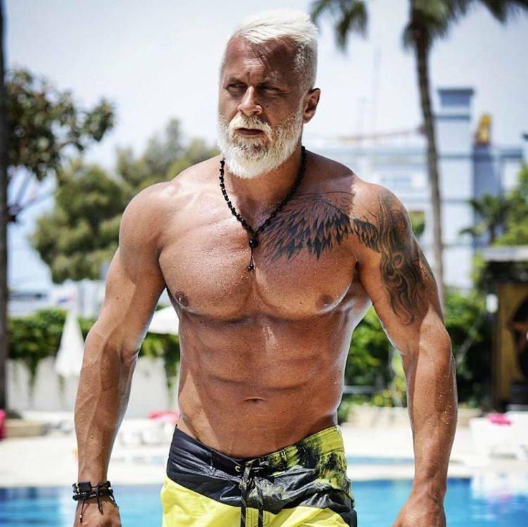 Avant après Coach sportif, il change de look pour paraître plus vieux