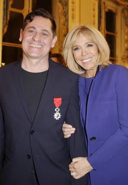 Brigitte Macron va rendre Emmanuel Macron jaloux en se montrant très proche d'un autre
