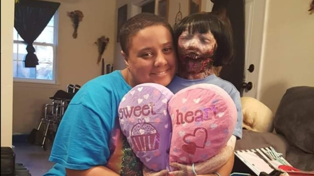 Déçue de ses précédentes relations, elle se marie avec sa poupée zombie 2