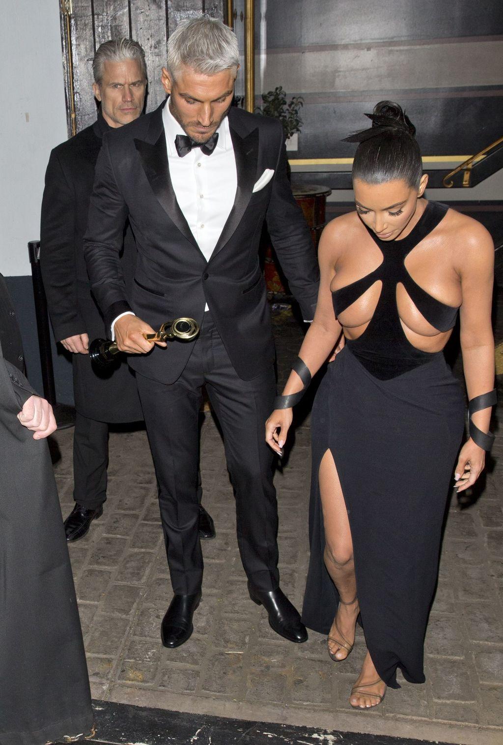 kim-Kim Kardashian s'affiche dans une robe ultra-sexy !-rend-aux-hollywood-beauty-awards-dans-une-robe-denudee-tres-sexy-fevrier-2018-avec-son-coiffeur-chris-appleton_width1024 (2)