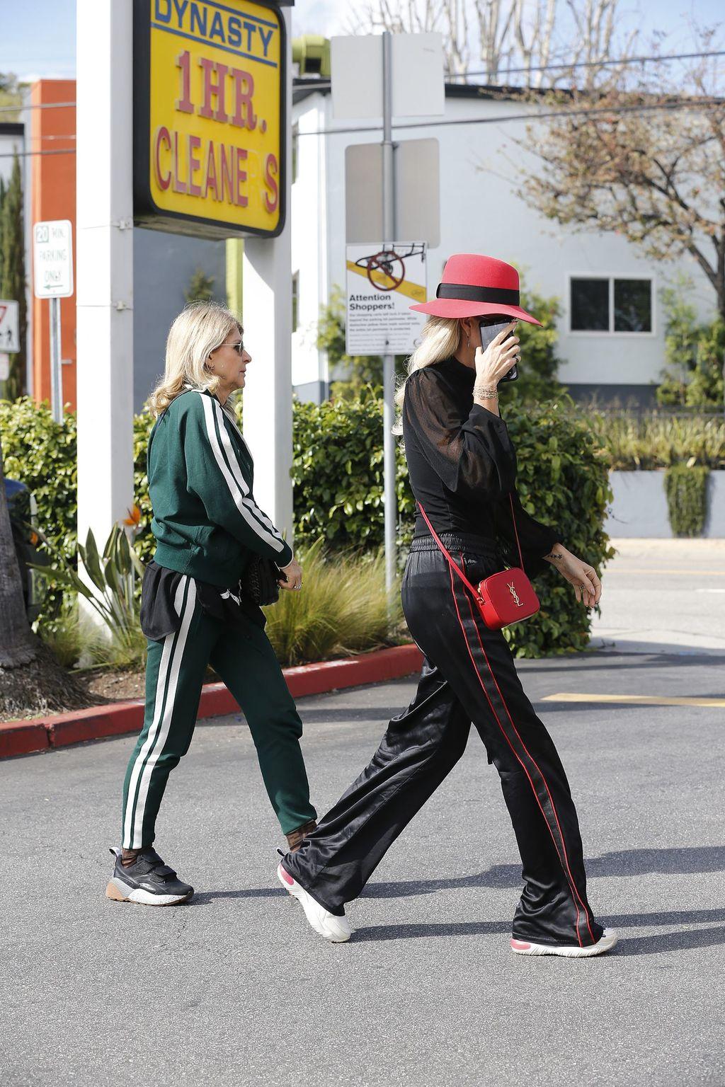 Laeticia Hallyday à la cool avec sa mère : Leur sortie en joggings ne passe pas inaperçue !