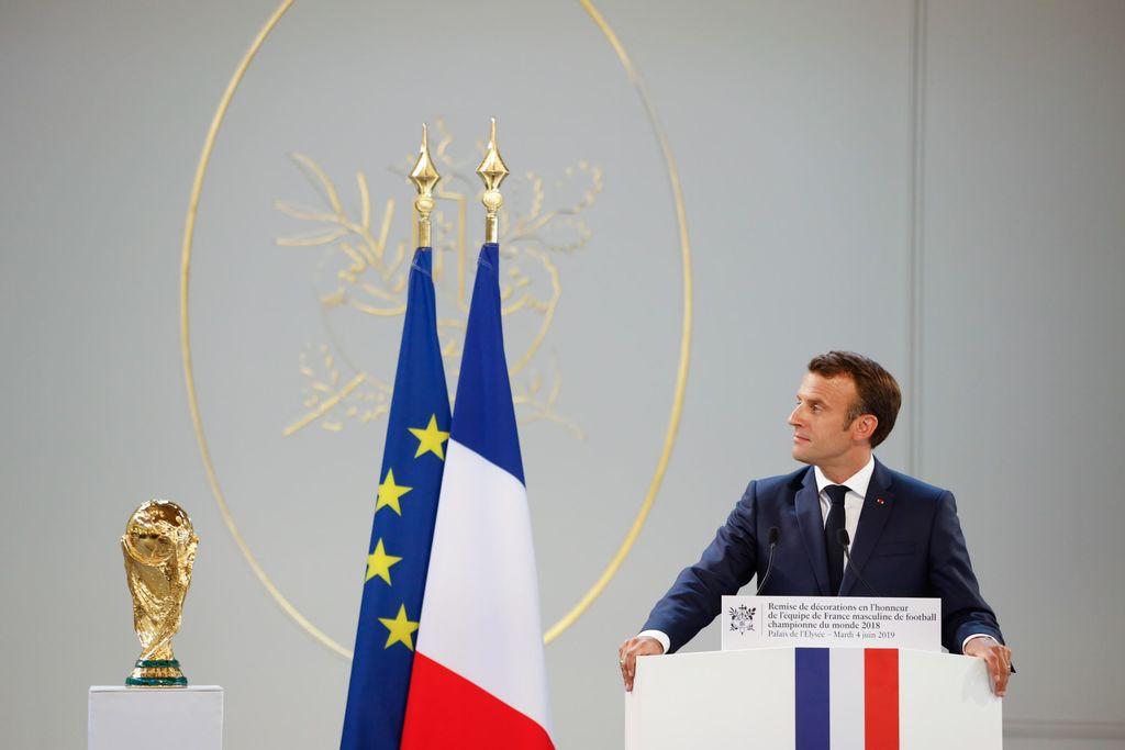 Football: Emmanuel Macron a remis la Légion d'honneur aux Bleus champions du monde