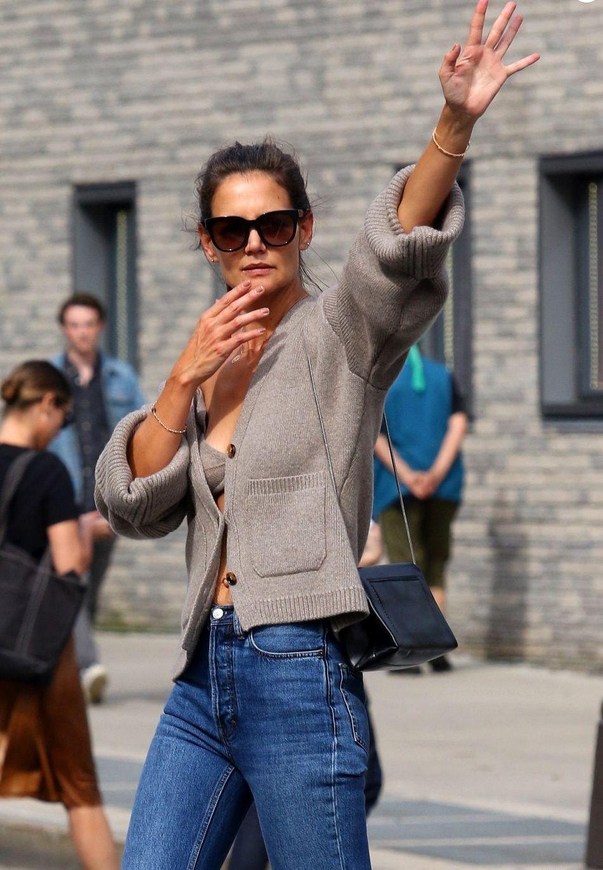 Oups, Katie Holmes dévoile son soutien-gorge en pleine rue
