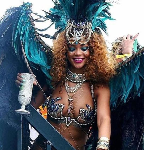 Rihanna impressionnante dans sa robe rose flashy à plumes