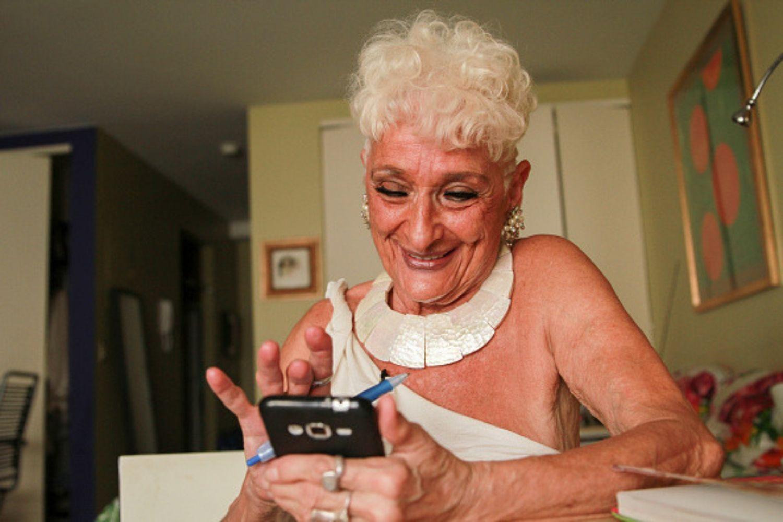 Âgée de 83 ans, elle s'inscrit sur Tinder pour draguer des jeunes hommes1
