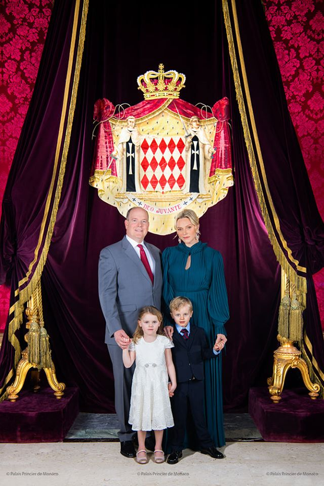 Albert et Charlène de Monaco posent avec leurs jumeaux pour la bonne cause