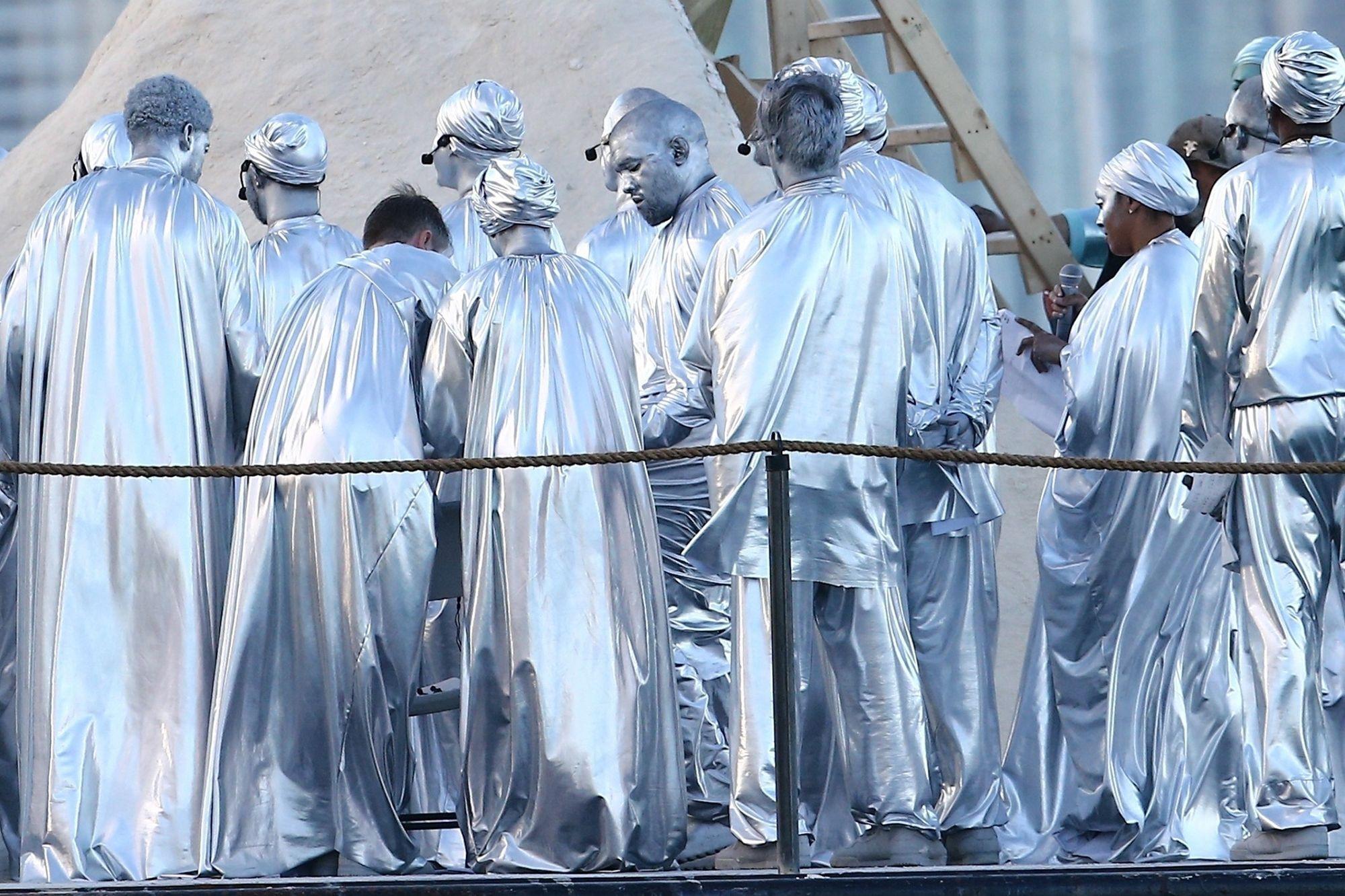 Kanye West se promène couvert d'argent… littéralement !