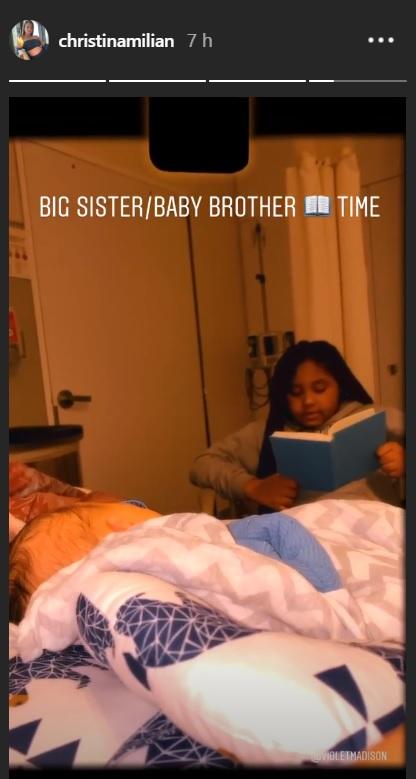 Violet lit une histoire à son petit frère