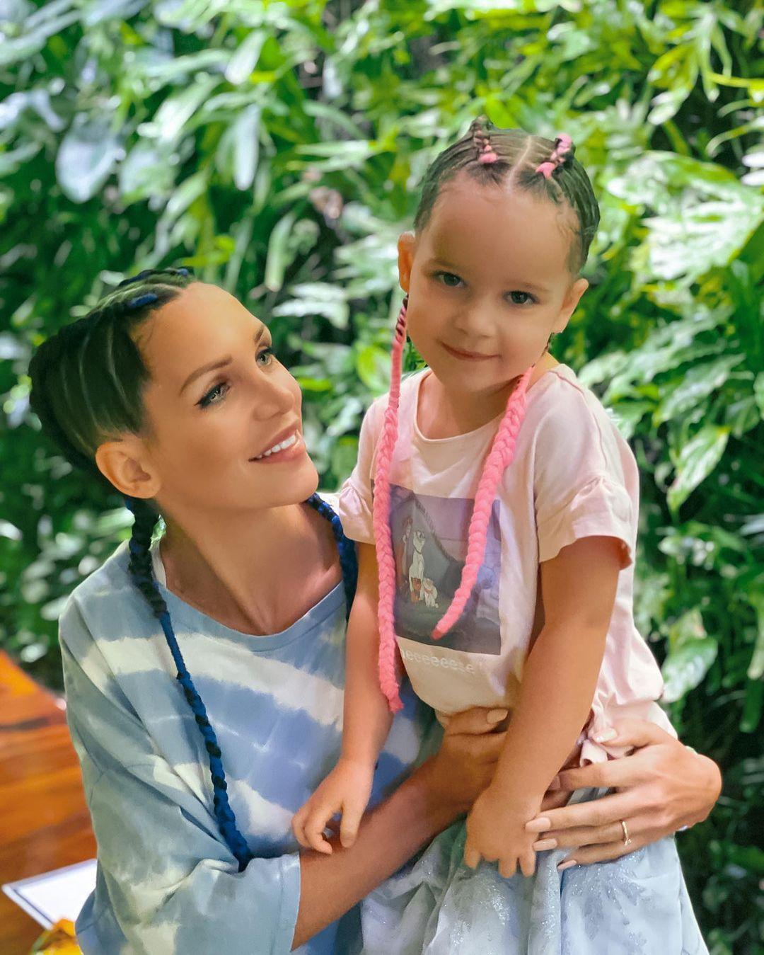julia-paredes-mamans-et-celebres-enceinte-de-son-deuxieme-enfant-ce-message-qui-affole-ses-fans