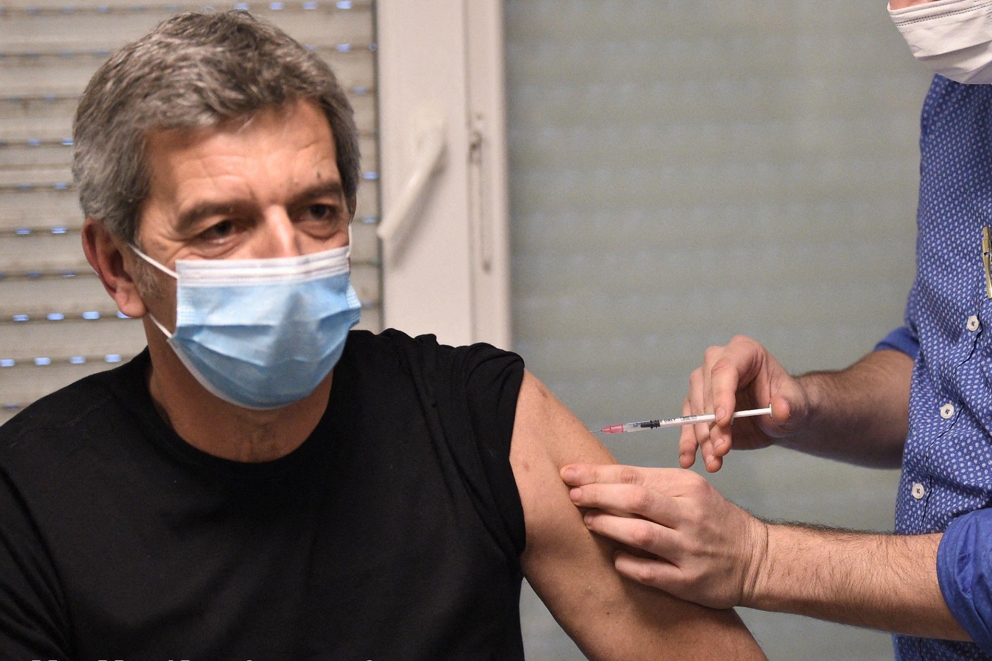 vaccin-contre-le-coronavirus-michel-cymes-s-en-prend-au-personnel-soignant